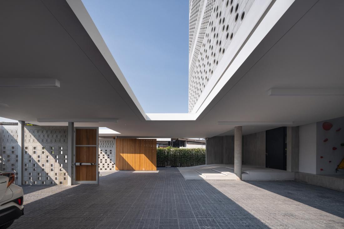 Anonym-Sailom-House-rock-climb-and-brick-perforated-walls-3