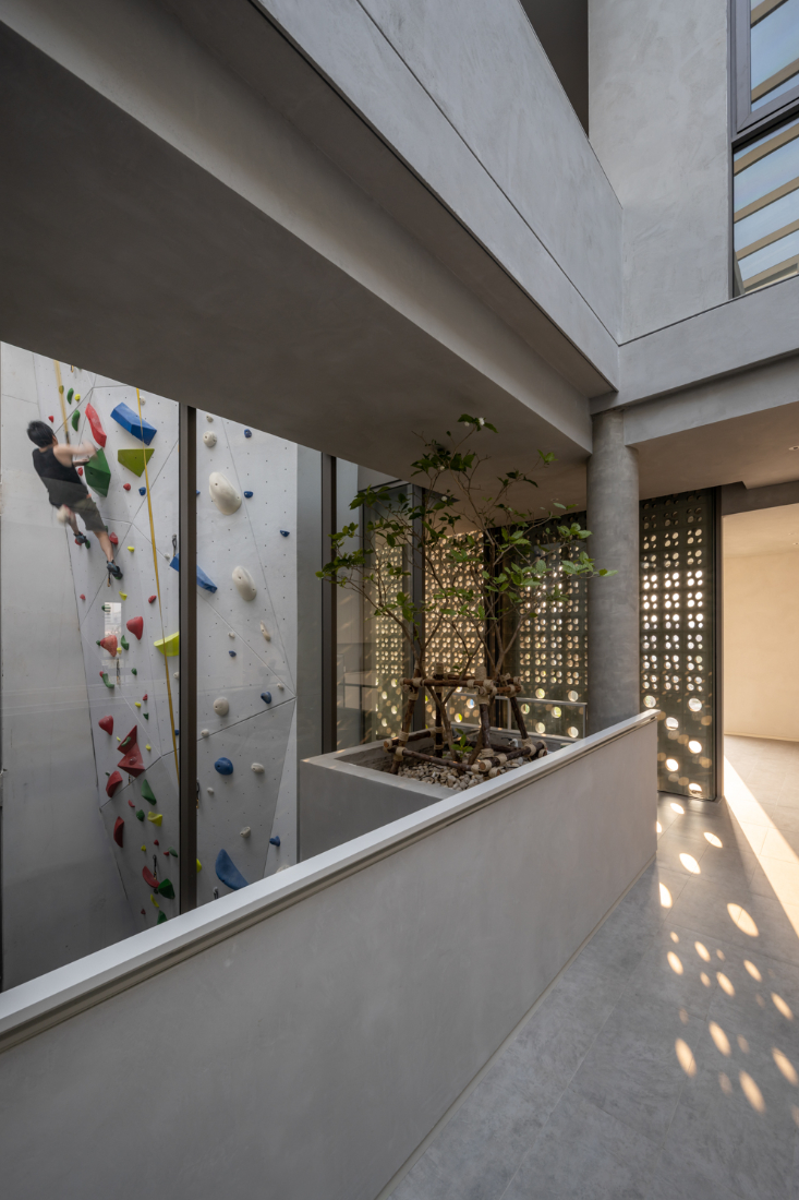 Anonym-Sailom-House-rock-climb-and-brick-perforated-walls-5