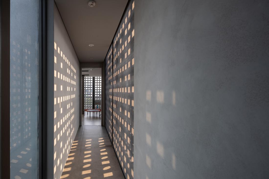 Anonym-Sailom-House-rock-climb-and-brick-perforated-walls-6