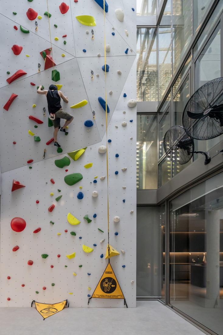 Anonym-Sailom-House-rock-climb-and-brick-perforated-walls