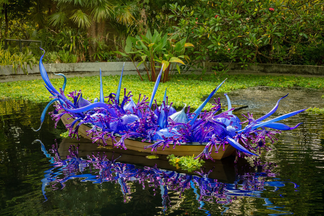 Dale-Chihuly-Blue-and-Purple-Boat-©-Chihuly-Studio.-All-Rights-Reserved