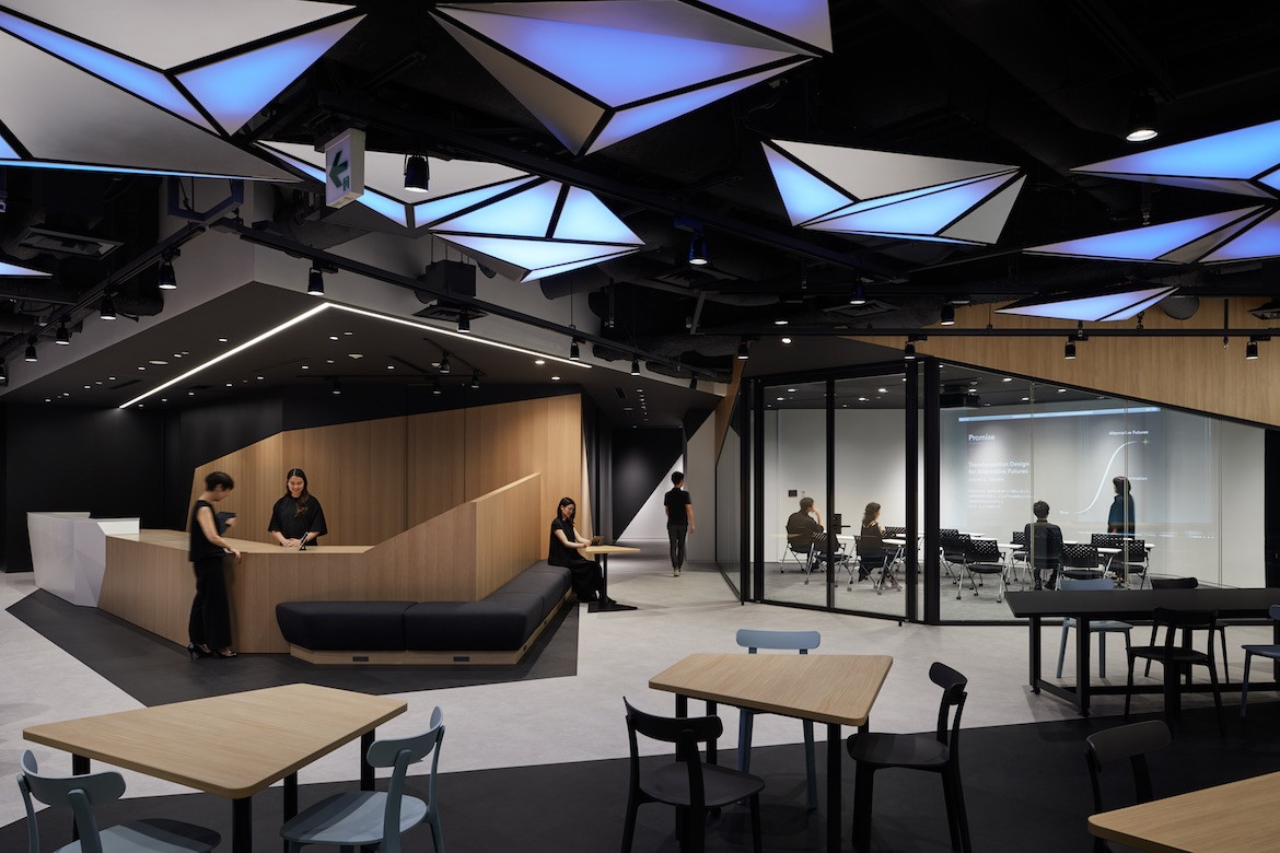 A customisable black and grey space in Ridgelinez office in Tokyo