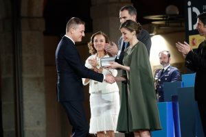 Mario Ruiz being awarded the National Design Prize, given by the King of Spain, Felipe VI and the Ministry of Economy.