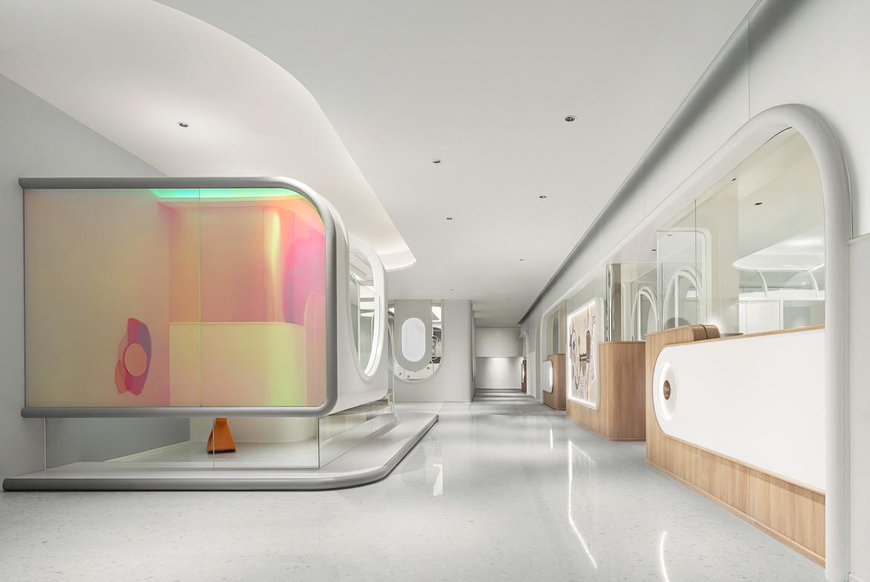 Meiyi Kindergarten vast white hallway with colourful booth