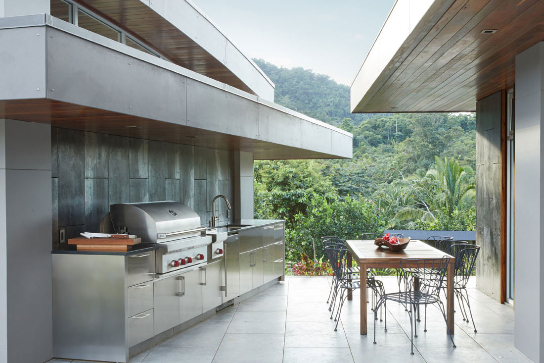 Step outside for the best outdoor kitchen experience with Wolf and Sub-Zero
